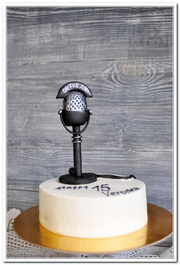 Белый торт с чёрным микрофоном