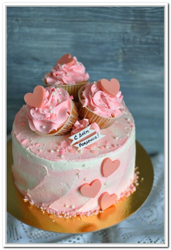 Розовый торт с капкейками