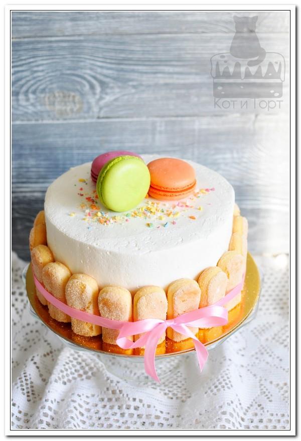 Белый торт с макарунами и савоярди