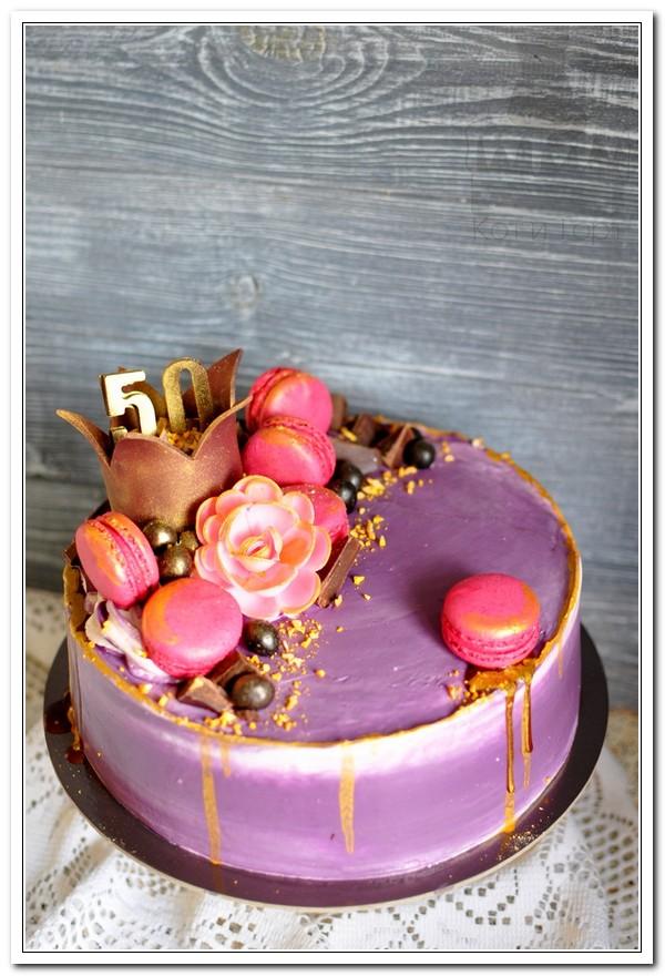 Фиолетовый торт с макарунами на 50-летие