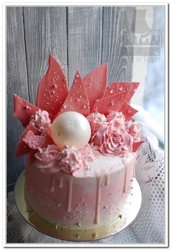 Розовый торт с шоколадными перьями