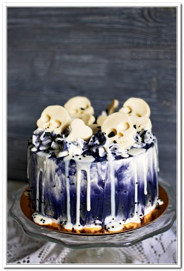 Бело-синий торт с черепами