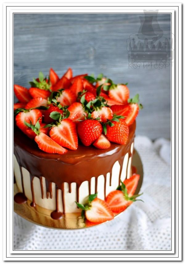 Большой торт с клубникой
