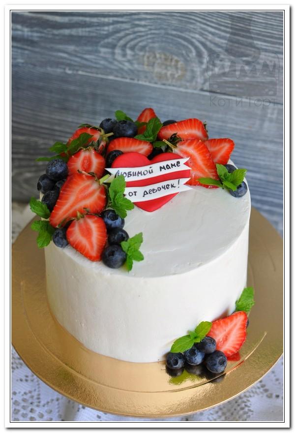 Белый торт с клубникой для мамы