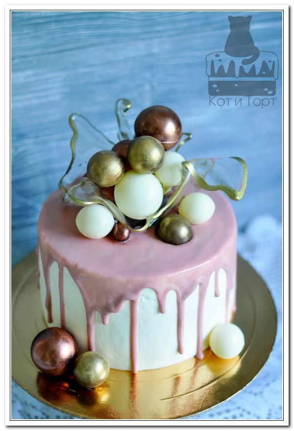 Торт с белыми и золотыми шарами