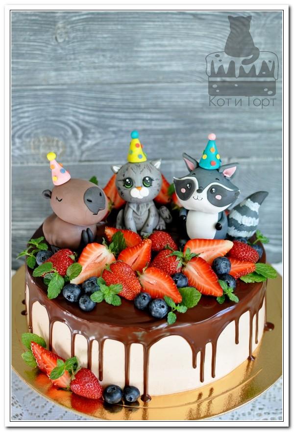 Торт с капибарой, котиком и енотом
