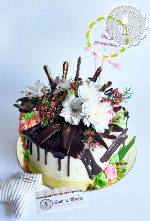 Торт с шоколадными перьями и цветами