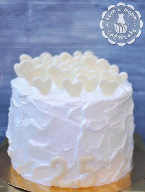 Белый торт с белыми сердечками